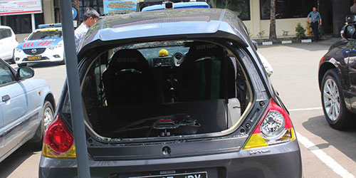 Mobil yang dirusak Aremania saat konvoi juara Piala Bhayangkara.
