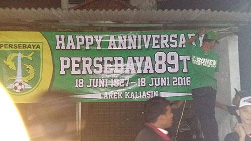 Banner HUT Persebaya dipasang di Kampung Kaliasin.