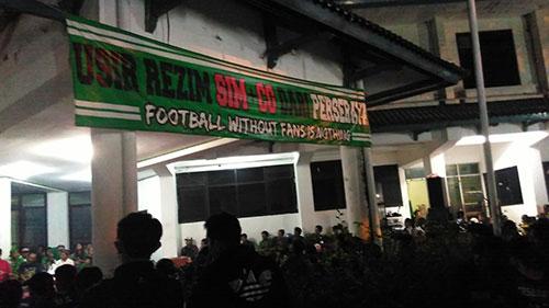 """Banner """"Usir SIM+CG"""" dipajang di Mess Persebaya."""