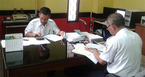Sabar (kiri) pejabat PT Pelni di kantornya.