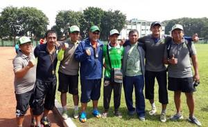 Renzha bersama tim pelatih Persebaya.